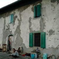 κτήριο με πράσινα παράθυρα